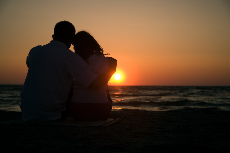 Top 10 Most Romantic things to do for couples on Maui; sunset stroll along the ocean.